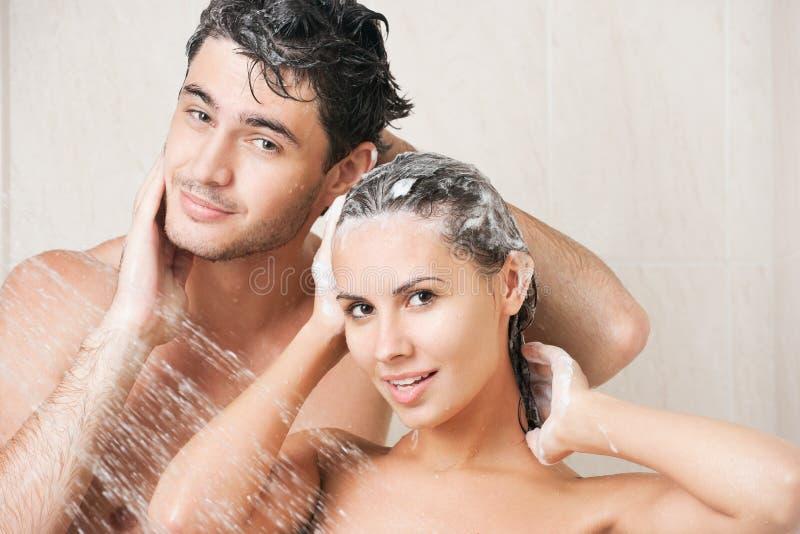 Paare in der Dusche lizenzfreies stockfoto