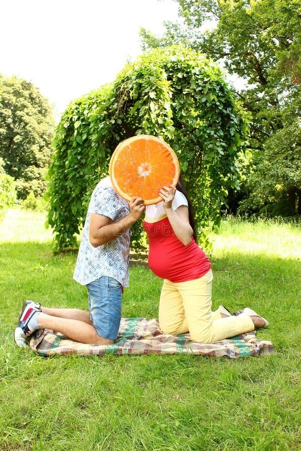 Paare in der Erwartung eines Babys auf einem Weg stockbild