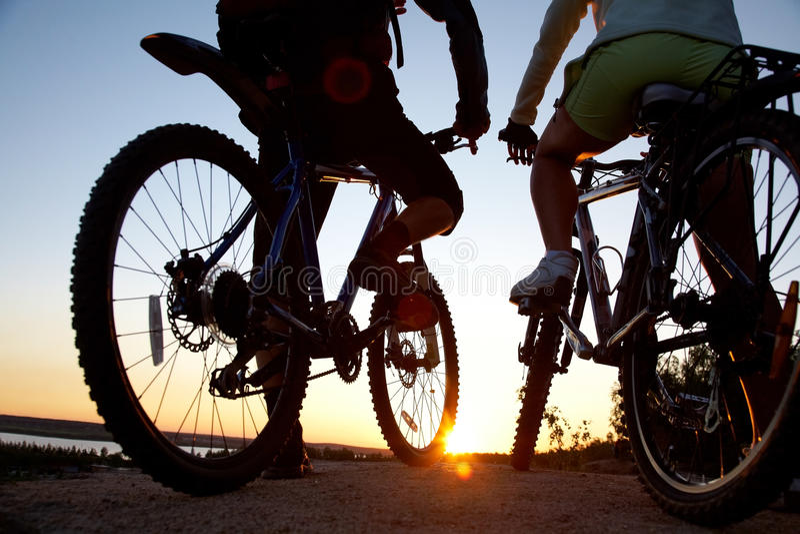 Paare der Fahrräder auf Sonnenuntergang lizenzfreie stockfotografie