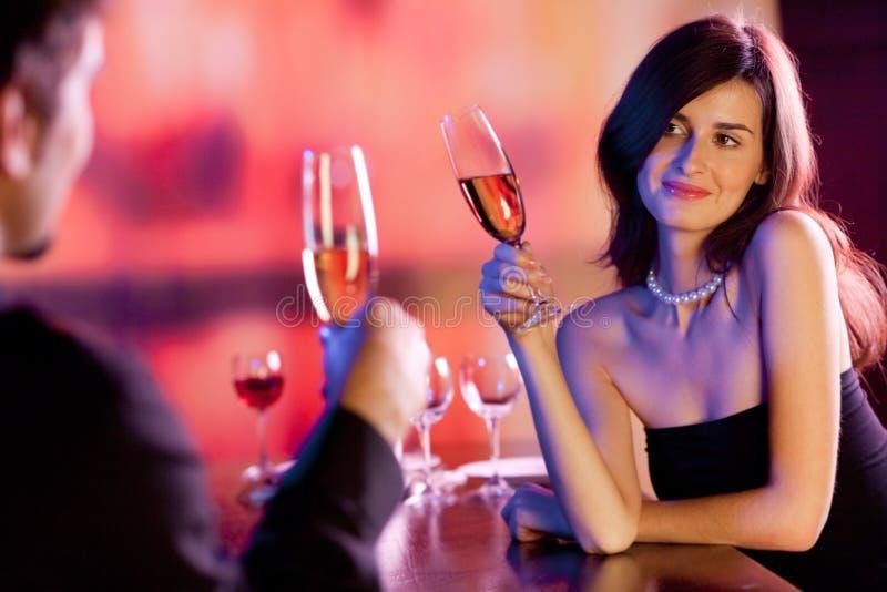 Paare an der Gaststätte stockbilder