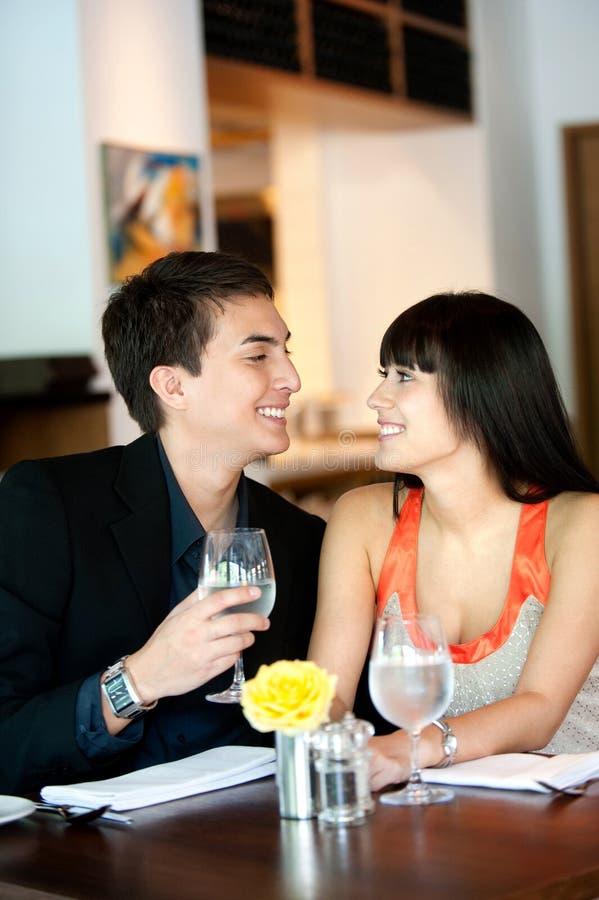 Paare in der Gaststätte stockfoto