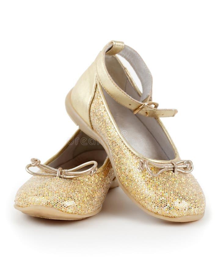 Paare der glänzenden goldenen Schuhe für Mädchen lizenzfreie stockfotos