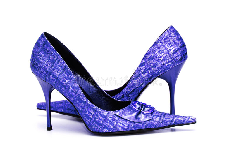 Paare der glänzenden weiblichen Schuhe getrennt auf Weiß lizenzfreies stockbild