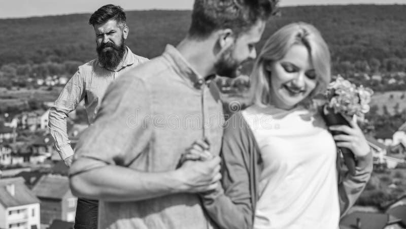 Paare in der glücklichen Datierung der Liebe, aufpassende Frau des eifersüchtigen bärtigen Mannes, die ihn mit Liebhaber betrügt  stockbild
