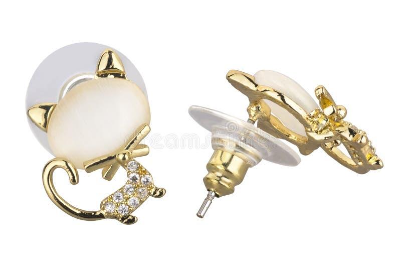 Paare der goldenen Ohrringe geformt wie eine Katze, wenn einer großen Perle und kleinen Diamanten, auf weißem Hintergrund lokalis lizenzfreie stockbilder