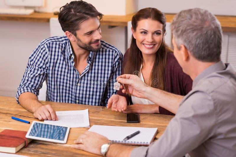 Paare an der Immobilienagentur lizenzfreies stockfoto