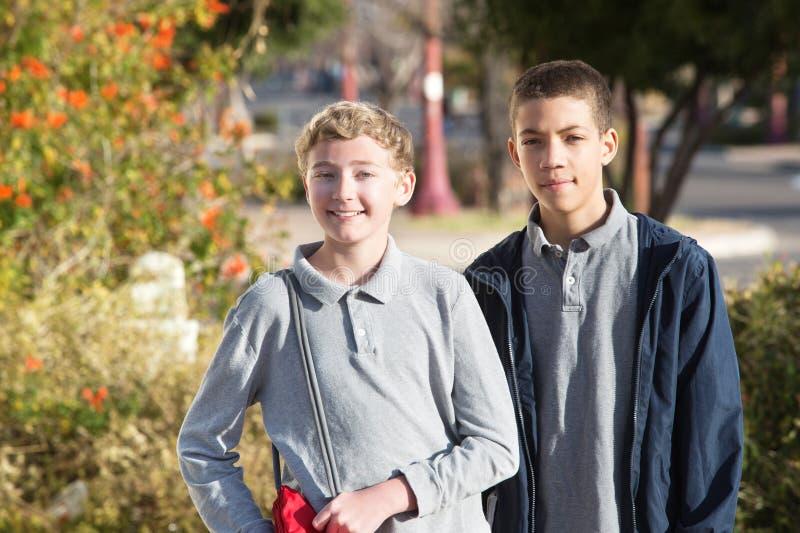 Paare der jugendlich männlichen Studenten draußen lizenzfreies stockbild