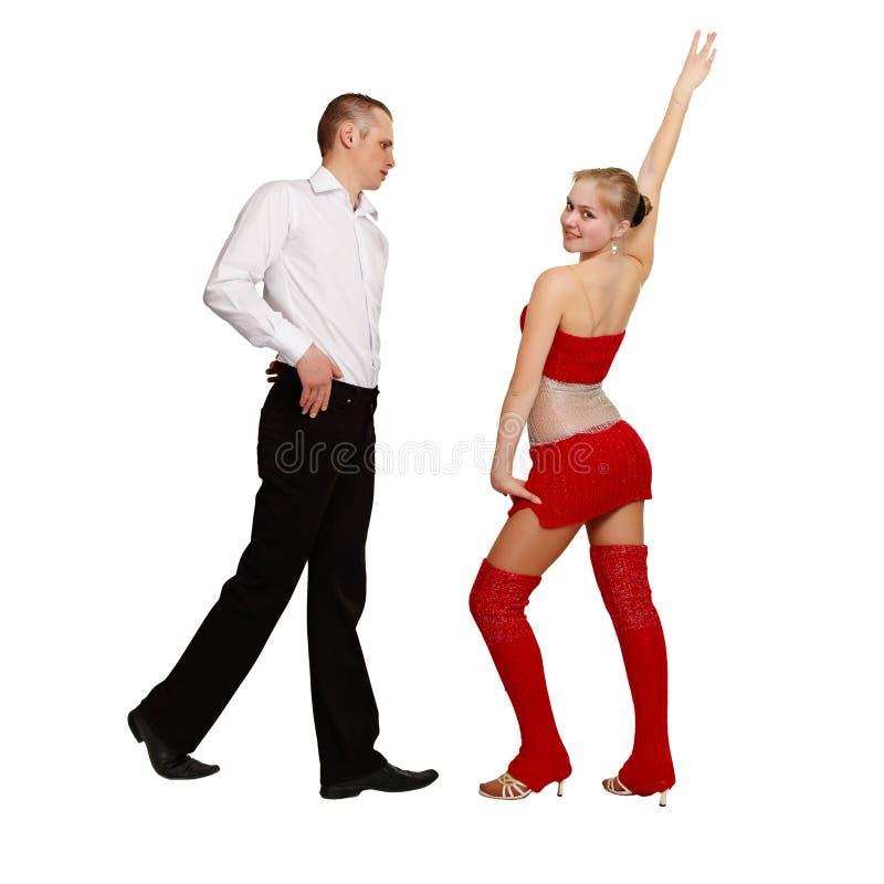 Paare der jungen Leute führen Ballsaaltanz durch stockfotos