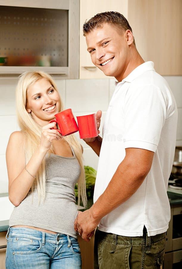 Paare in der Küche mit Kaffee lizenzfreie stockfotos