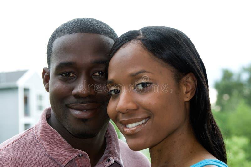 Paare in der lächelnden Umarmung - horizontal lizenzfreies stockfoto