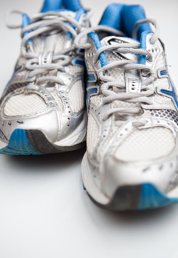 Paare der laufenden Schuhe auf einem weißen Hintergrund lizenzfreies stockbild