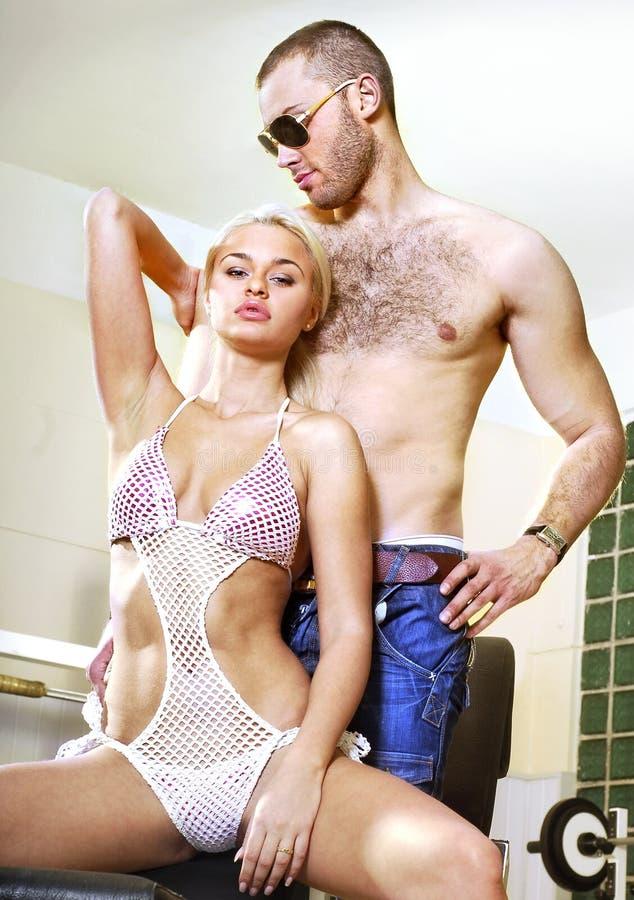 Paare der Leute in der Sporthalle stockbild