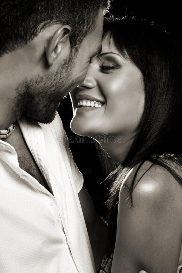 Paare in der Liebe über dunklem Hintergrund stockbild