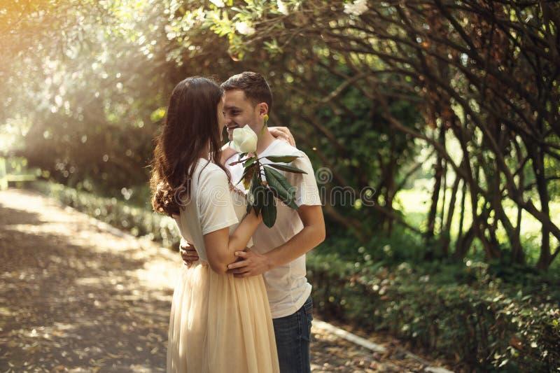 Paare in der Liebe - Anfang von Love Story Ein Mann und ein romantisches Datum des Mädchens in einem Park lizenzfreies stockbild