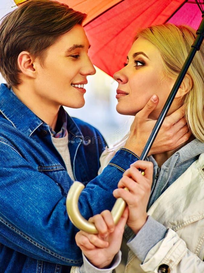 Paare in der Liebe auf Datum unter Regenschirm lizenzfreies stockfoto