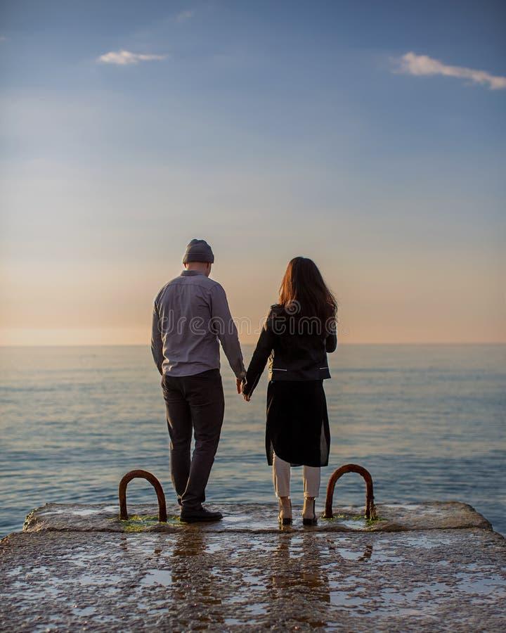 Paare in der Liebe auf dem Pier lizenzfreie stockbilder