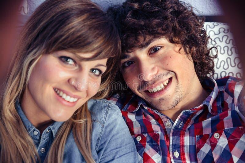 Paare in der Liebe, die das selfie liegt über Bett nimmt stockfotografie