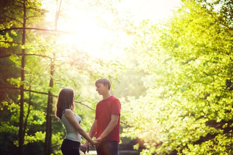 Paare in der Liebe, die in den Park geht lizenzfreie stockfotos