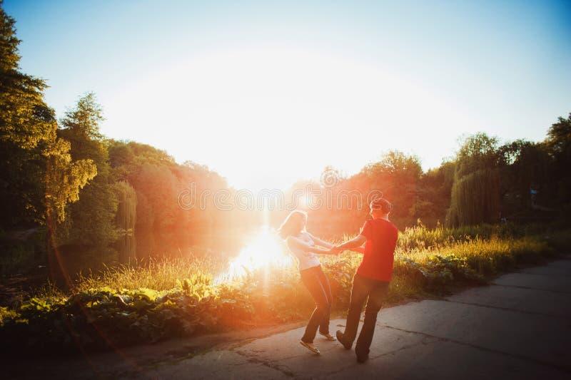 Paare in der Liebe, die in den Park geht lizenzfreie stockbilder