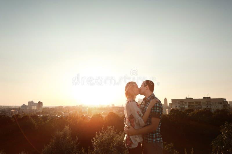 Paare in der Liebe, die in den Park geht stockfotografie