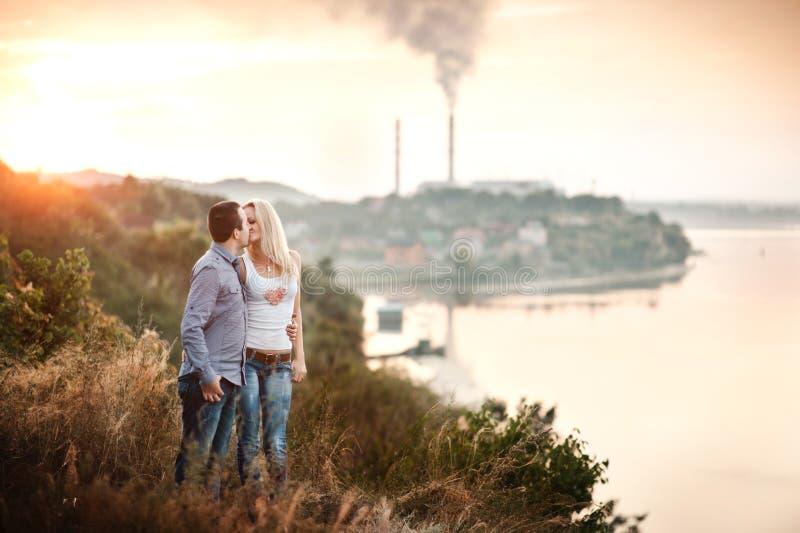 Paare in der Liebe, die in den Park geht lizenzfreie stockfotografie