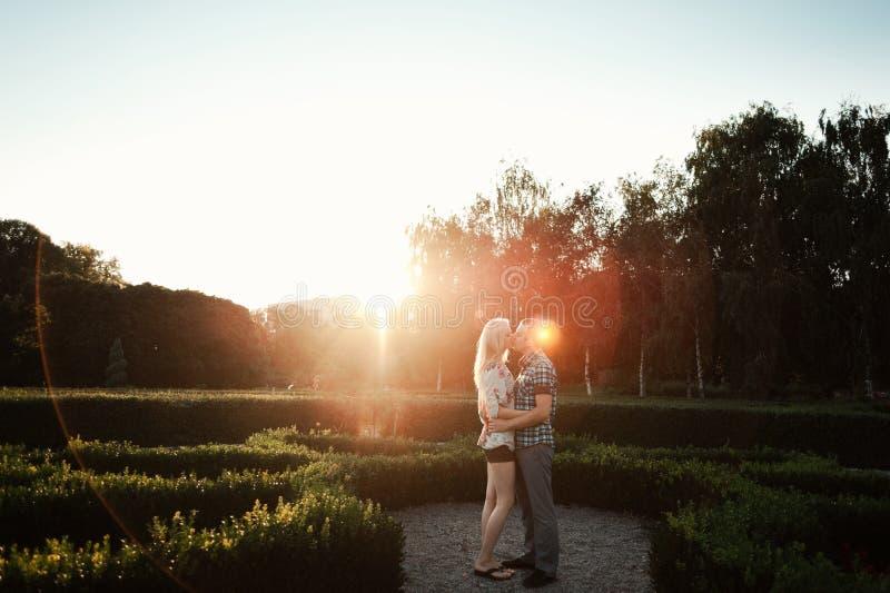Paare in der Liebe, die in den Park geht lizenzfreies stockbild