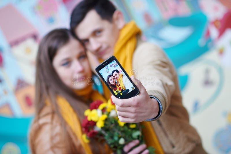 Paare in der Liebe, die draußen selfie auf Smartphone tut lizenzfreie stockfotos