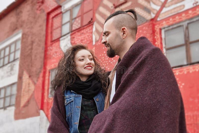 Paare in der Liebe, die an einem kalten Tag äußer steht lizenzfreie stockbilder