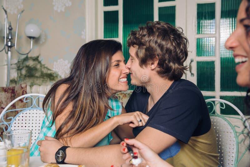 Paare in der Liebe, die am Frühstück lacht und umfasst lizenzfreies stockfoto