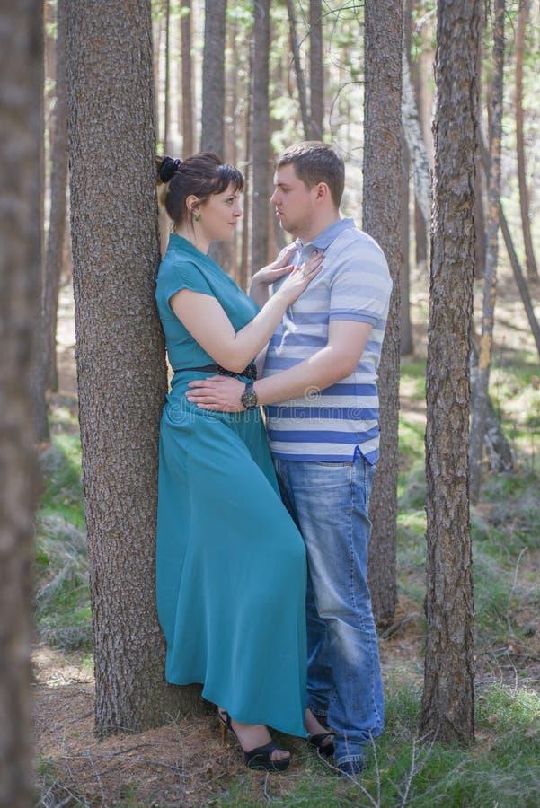 Paare in der Liebe, die im Wald geht stockbild