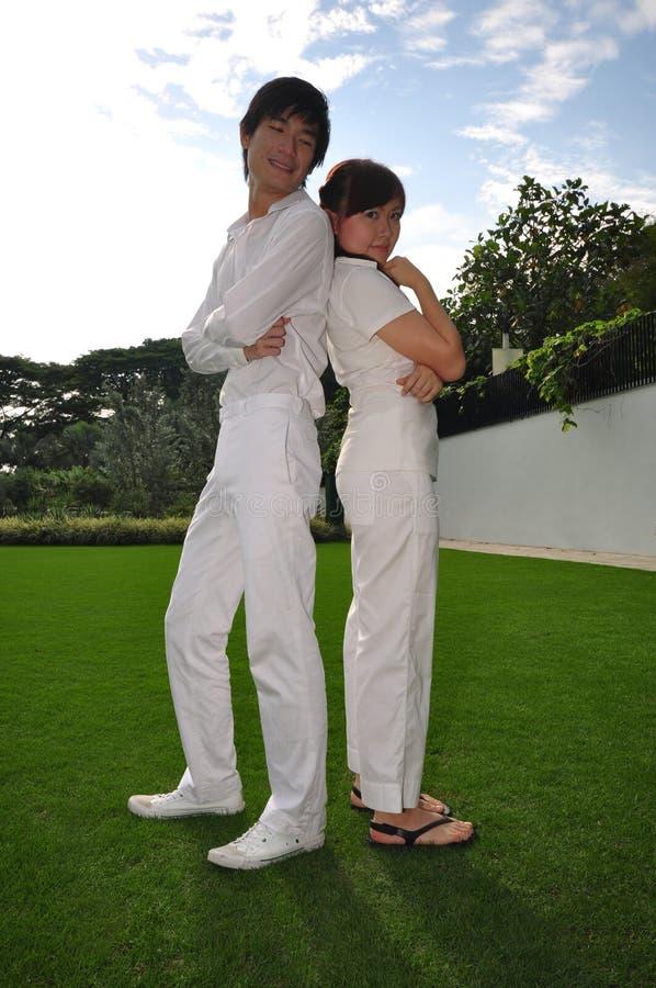 Paare in der Liebe, die mit einander aufwirft stockfoto