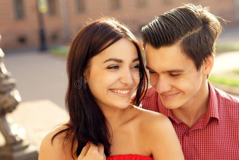 Paare in der Liebe, die in Stadt geht lizenzfreie stockfotografie