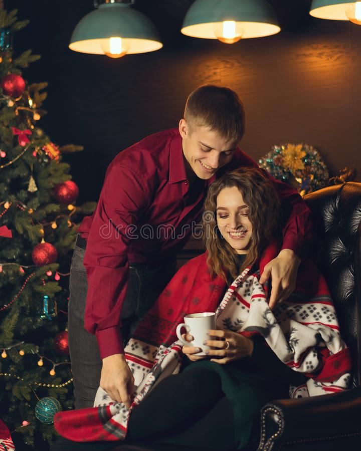 Paare in der Liebe, die Weihnachten feiert stockbilder