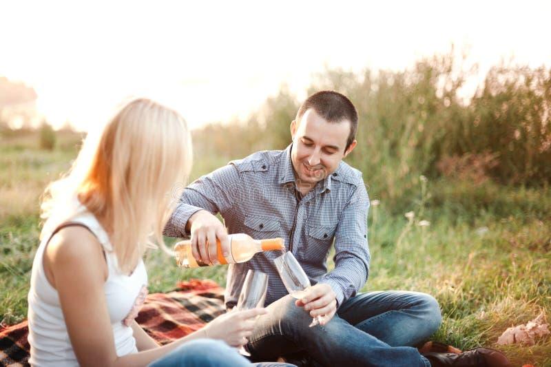 Paare in der Liebe an einem Picknickpark stockfoto