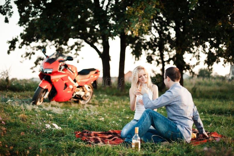 Paare in der Liebe an einem Picknickpark stockbilder