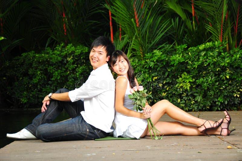 Paare in der Liebe im Park lizenzfreie stockfotografie