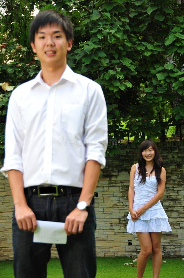 Paare in der Liebe im Park lizenzfreies stockbild