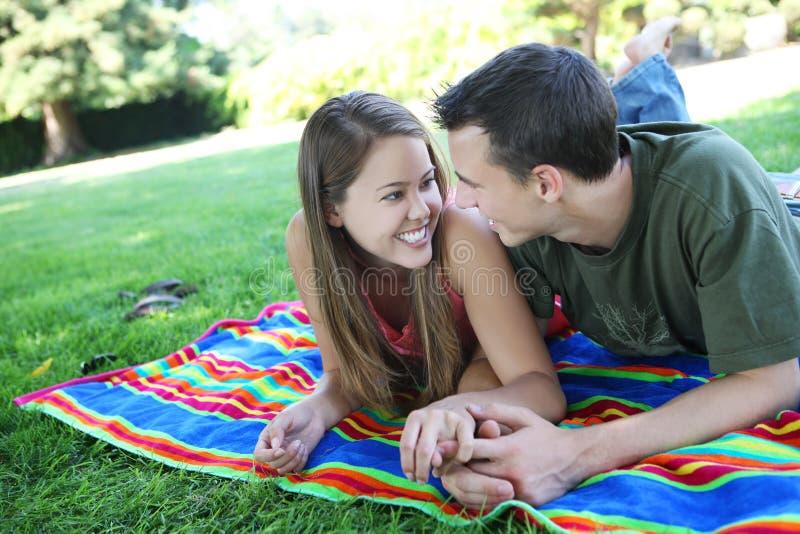Paare in der Liebe im Park stockfoto