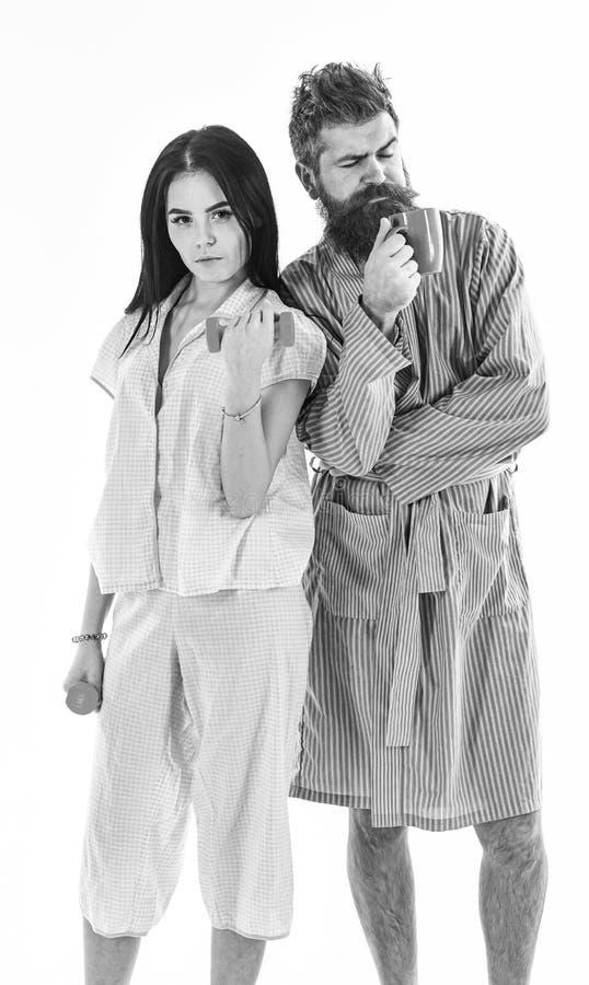 Paare in der Liebe im Pyjama, Bademantel stehen zur?ck, um sich zur?ckzuziehen Paare, Familie auf schl?frigen Gesichtern im Morge lizenzfreie stockfotos