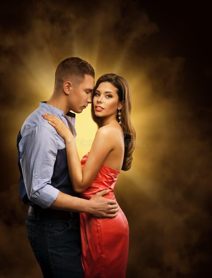 Paare in der Liebe, Liebhaber-leidenschaftliche Umarmung, Mann-Umfassungsfrau stockbild