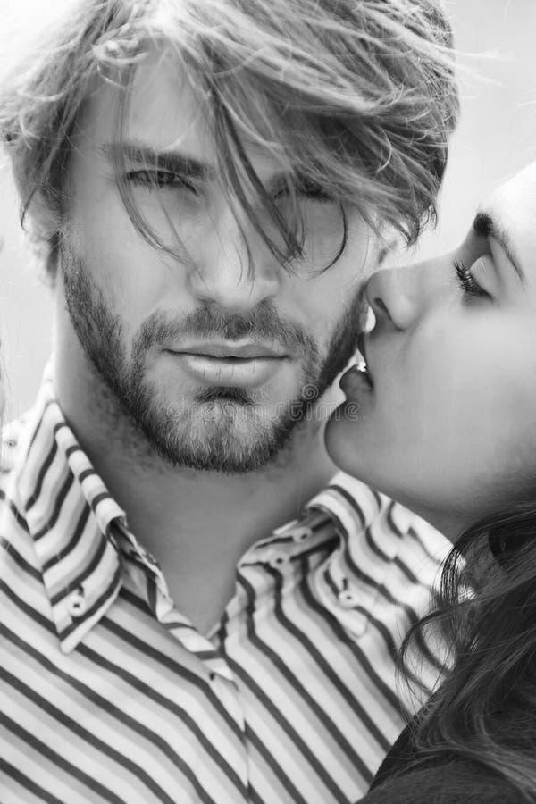 Paare in der Liebe, Mädchen, das unrasierten Mann küsst stockfotos