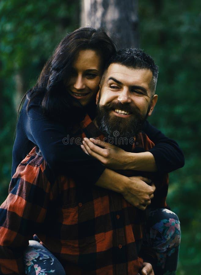 Paare in der Liebe Mann, der seine glückliche Rückseite der Freundin fortführt stockfotos