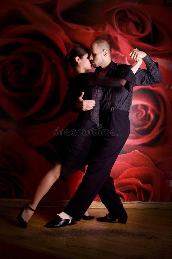 Paare in der Liebe am Nachtklub lizenzfreie stockfotografie