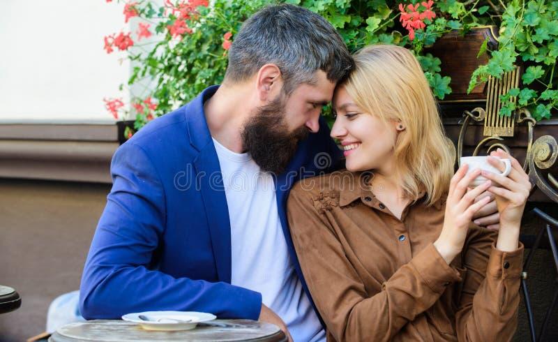 Paare in der Liebe sitzen Caf?terrasse genie?en Kaffee Angenehmes Familienwochenende Erforschen Sie Caf? und ?ffentliche Orte Ver stockfotografie