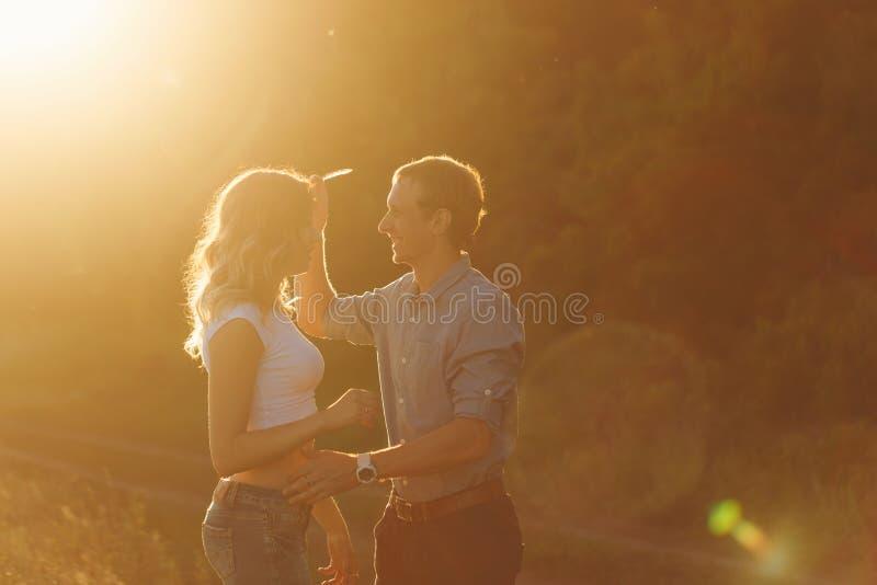 Paare in der Liebe am Sonnenuntergang stockbild