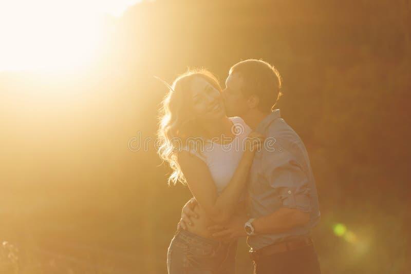 Paare in der Liebe am Sonnenuntergang kuß stockfotografie