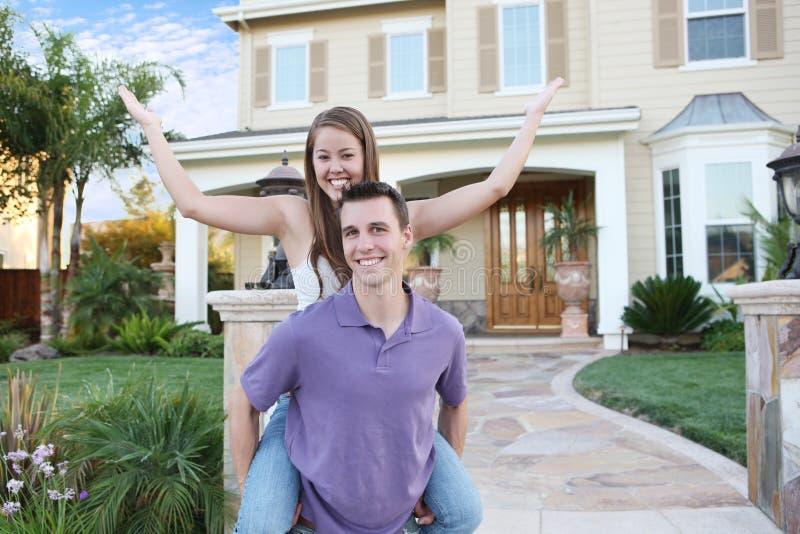 Paare in der Liebe vor Haus stockbilder