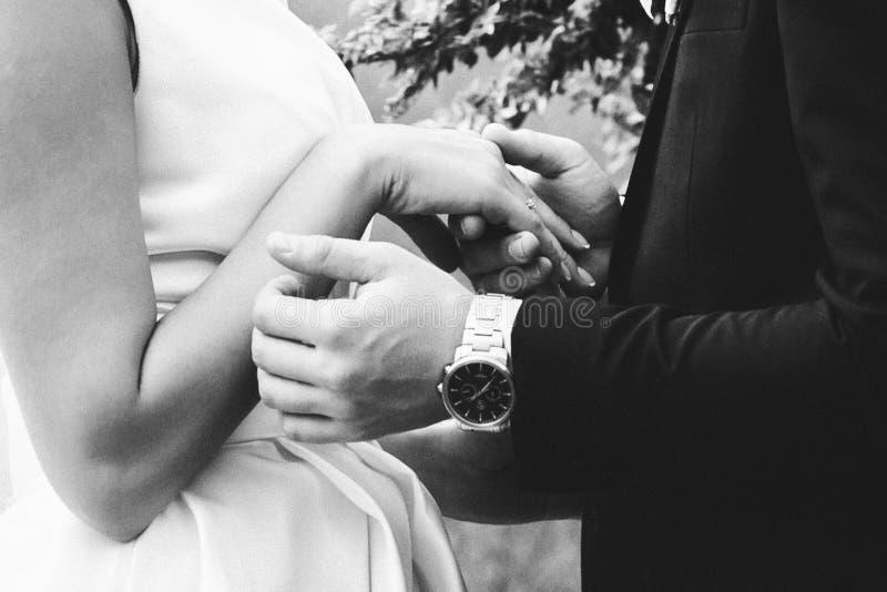 Paare der liebenden einfarbigen Fotografie der Jungvermählten lizenzfreies stockfoto