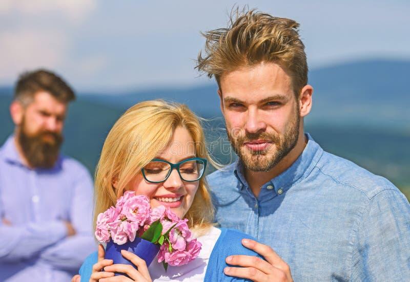 Paare in der Liebesdatierung w?hrend aufpassende Frau des eifers?chtigen b?rtigen Mannes, die ihn mit Liebhaber betr?gt Untreueko lizenzfreies stockfoto