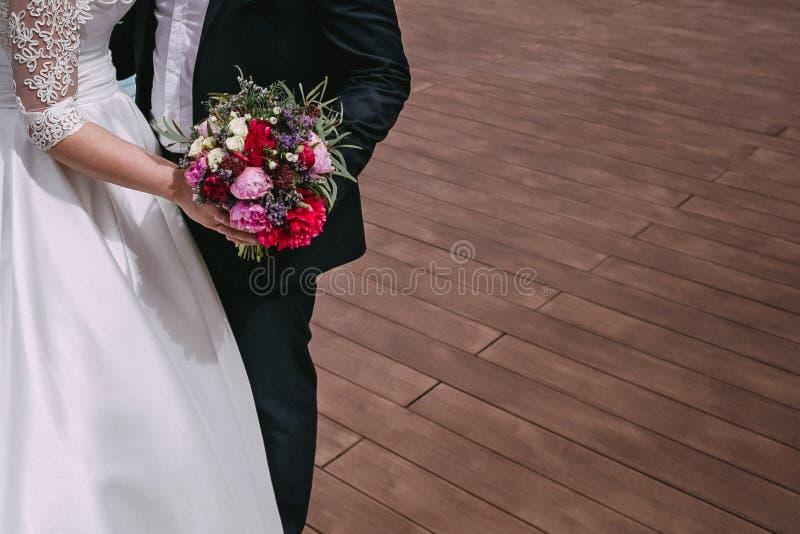Paare der liebevollen Jungvermählten stockbilder